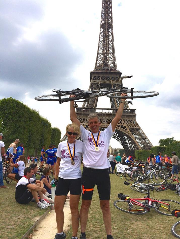 Supporter at the finish line - Eiffel Tower